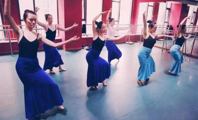 钢管舞的训练方法及钢管舞的道具要求